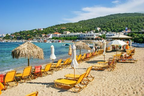 Skala beach: Umbrellas and sun loungers.