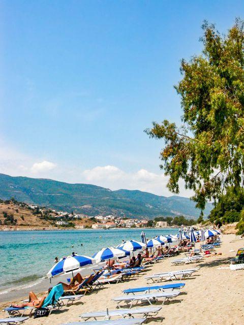 Askeli beach: An organized spot with umbrellas and sun loungers.
