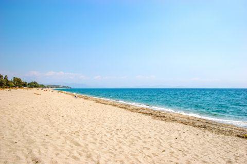 Mavrovouni beach: Long, sandy beach.