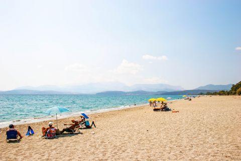 Mavrovouni beach: Relaxing moments on Mavrovouni beach.