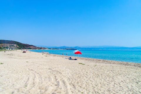 Trani Ammouda: It is a popular beach, although it does not get uncomfortably crowded.