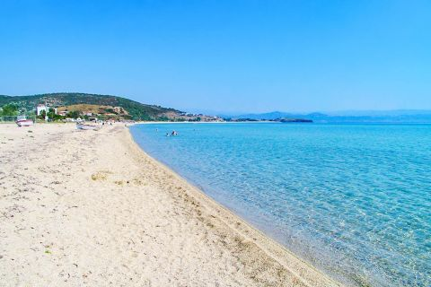 Trani Ammouda: It has soft sand and turquoise waters, which are ideal for snorkeling.