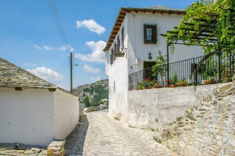 Makrinitsa: Exploring the alleys of Makrinitsa.