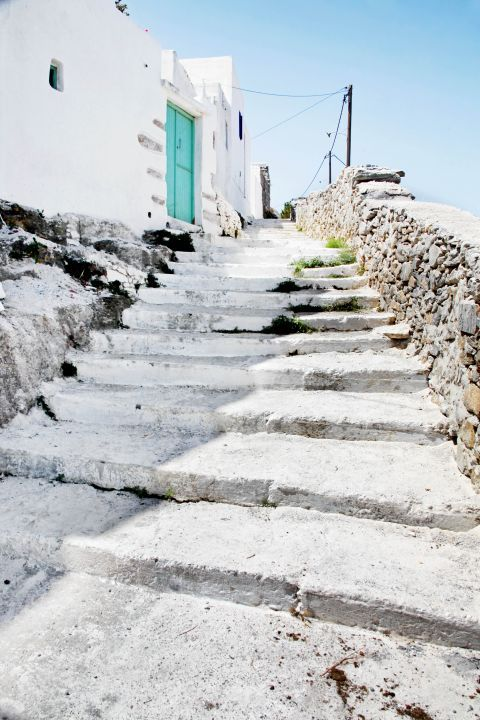 Potamos: Whitewashed stairs, leading to a Cycladic house