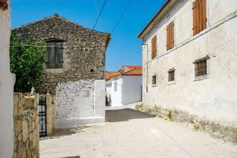 Agios Leon: Big, spacious buildings.