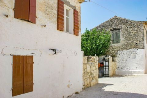 Agios Leon: Whitewashed building with wooden shutters.