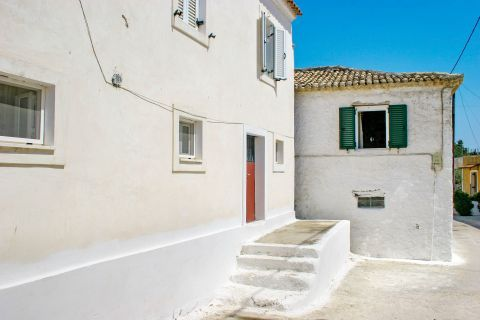 Agios Leon: White colored houses with ceramic roof tiles.