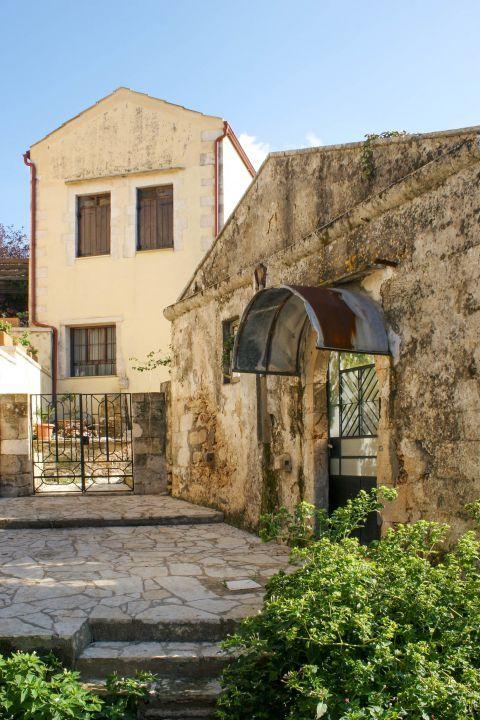 Vamos: Stone built houses