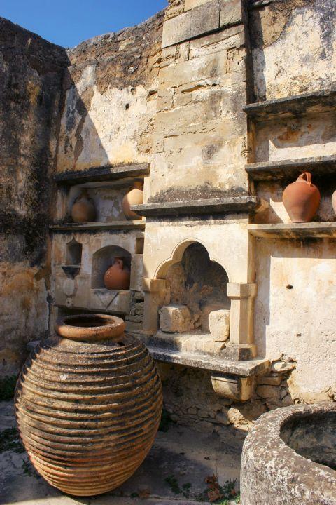 Gavalochori: Old, ceramic vases