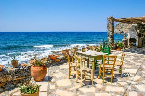 Mochlos: Enjoy a delicious meal by the sea.