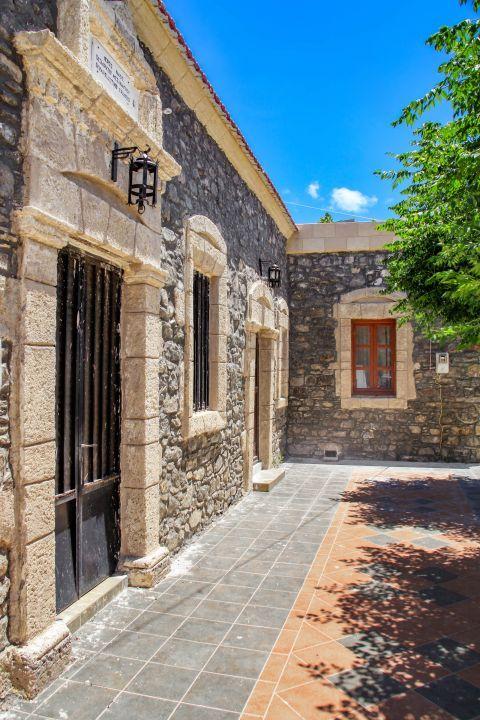 Mesanagros: Impressive architecture.