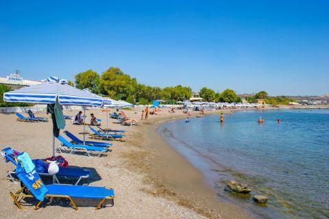 Kathara: Umbrellas and sun loungers on the waterfront of Kathara beach.