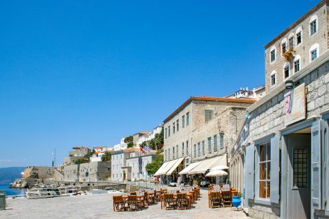 Town: Places to eat and drink close to the port.