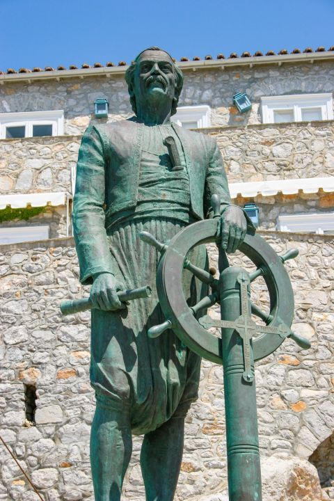 Town: Statue of the Admiral Andreas Miaoulis