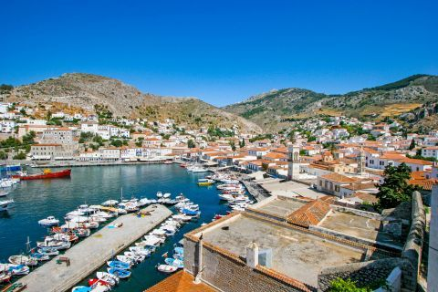 Town: Panoramic view of the port.