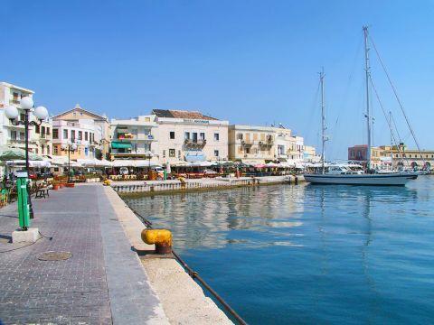 Ermoupolis: Strolling around the port of Ermoupolis, Syros.