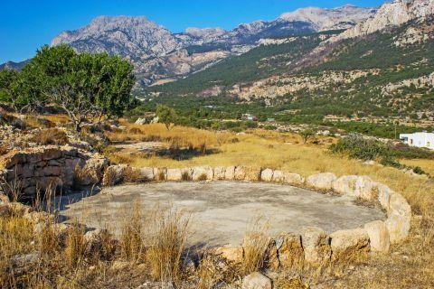 Lefkos: Lush vegetation, Lefkos village.