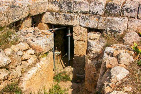 Lefkos: Roman ruins in Lefkos village.