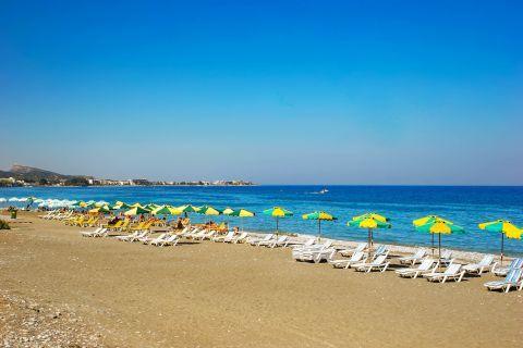 Ialissos: Sandy beach with sun loungers and umbrellas.