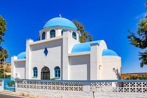 Kefalos: Beautiful chapel in white and blue colors.