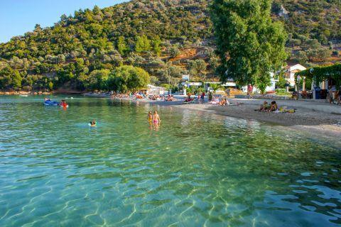 Kerveli: Turquoise waters and lush vegetation.