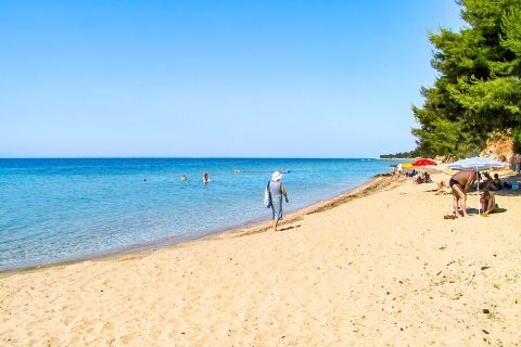 Metamorfosi: This sandy beach is ideal for sunbathing and swimming.