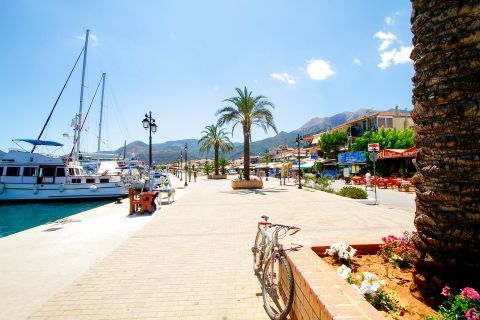 Nidri has one of the busiest ports in Lefkada with ferry connections to the neighbour islands of Meganisi, Ithaca and Kefalonia.