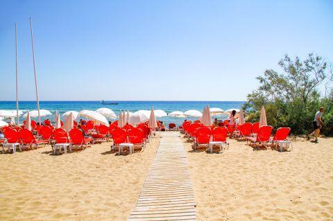 Glyfada: Sun loungers and umbrellas