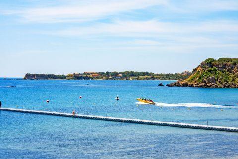 Agios Nikolaos: Practice water sports on Agios Nikolaos beach.