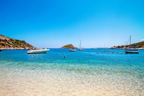 Agios Nikolaos: Sailing boats, mooring on crystal clear waters.