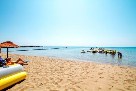 Agios Nikolaos: Sandy shore.