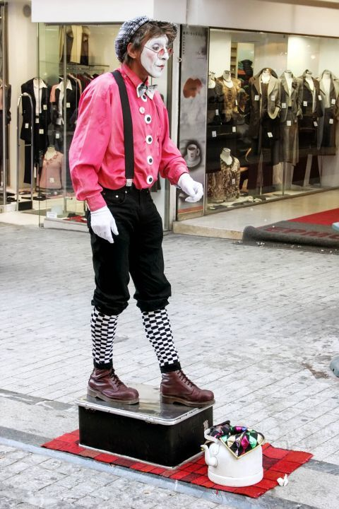 Syntagma: A street performer