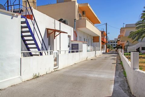 Theologos: The paves that pass through the centre of the village lead to old buildings and the traditional whitewashed houses.