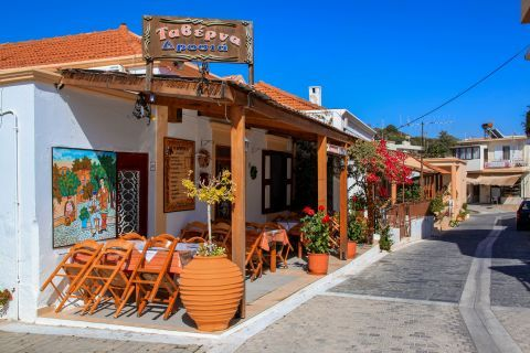 Theologos: A lovely tavern with fine decoration.