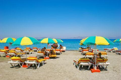 Kremasti: Colorful umbrellas and sun loungers.