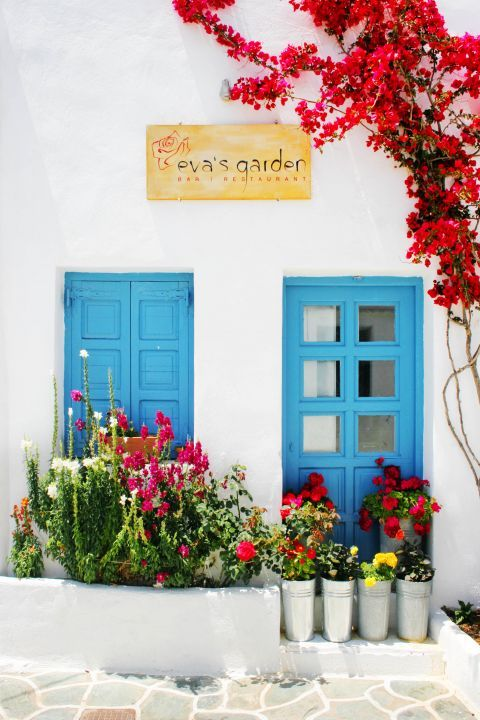 Chora: A local bar in Cycladic decoration