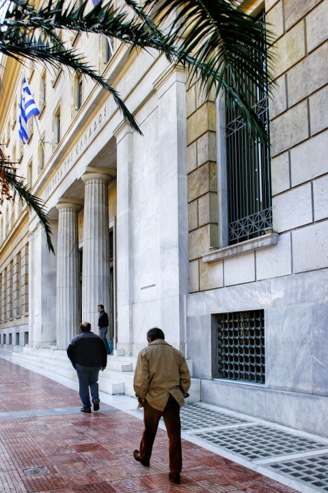 Panepistimiou Ave: Outside the National Bank of Greece in Stadiou street