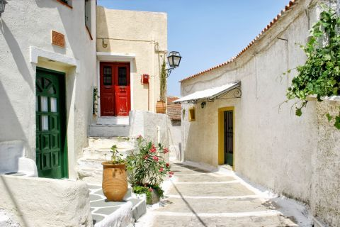 Ioulida: Whitewashed houses with colorful doors
