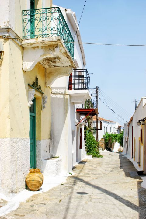 Ioulida: A picturesque alley with two-story houses.