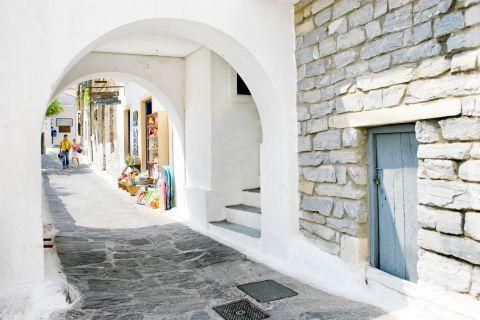 Ioulida: Souvenir shops in Ioulida.