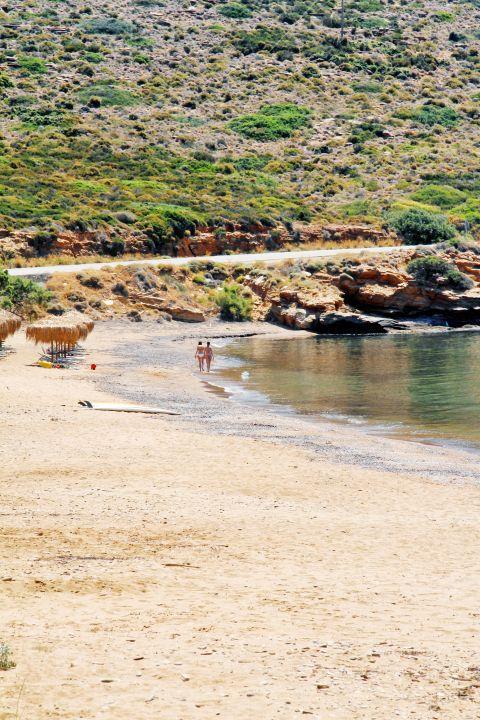 Kipri: Mountainous surroundings with green spots on Kipri beach
