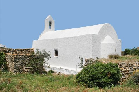 Chora: A white chapel surrounded by short vegetation