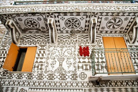 Pyrgi: Grey and white geometrical shapes decorate the facades of the houses, according to the Italian architecture