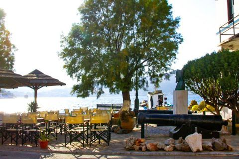Agia Marina: Local cafes and beach bars.