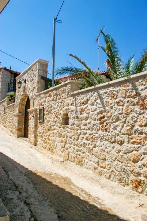 Keri: Stone built walls.