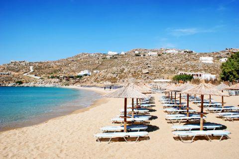 Super Paradise: Umbrellas and sun loungers in Super Paradise beach