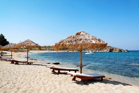 Agia Anna: Umbrellas and sunbeds at the seaside