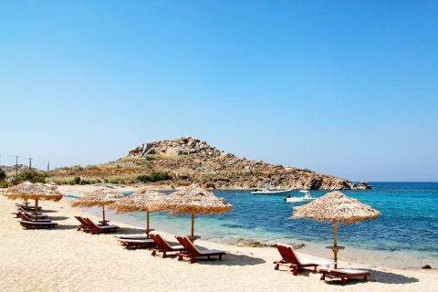 Agia Anna: A few umbrellas and sunbeds can be found on this beach