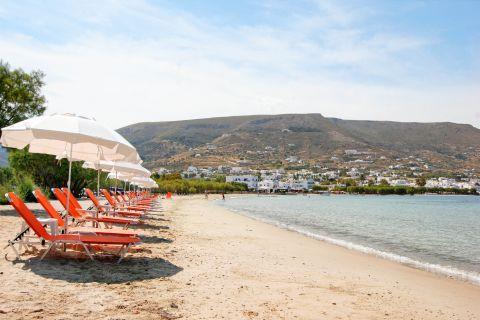 Livadia: Sunbeds and umbrellas