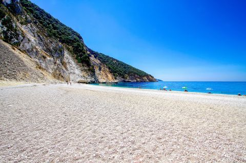 Myrtos: Soft pebbles and cliffs